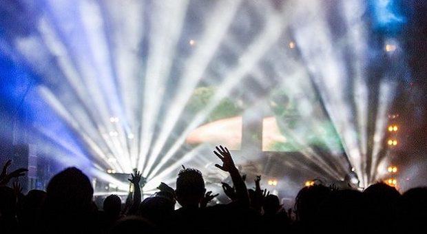 gente che balla ad un concerto di musica