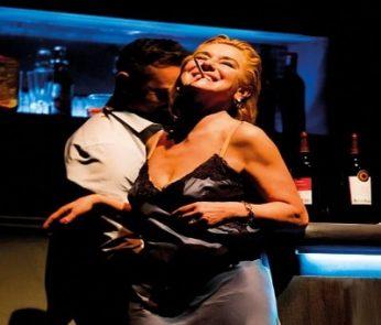 Monica Guerritore a teatro in Mariti e mogli