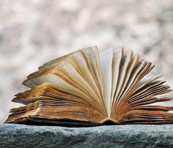 Vecchio libro aperto con pagine ingiallite