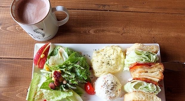 brunch con insalata e una tazza di caffè