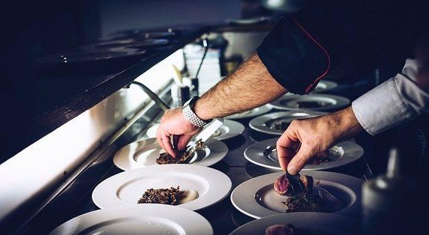mani di chef che cucina