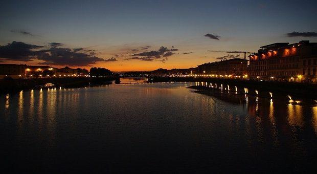 Vista sull'Arno di Firenze di notte