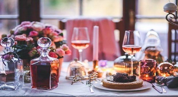tavola apparecchiata con vino e torte