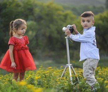 bambini che si fanno le foto nel prato