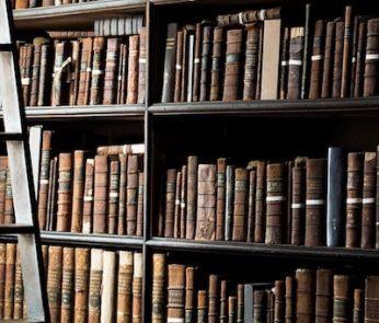 libri antichi conservati in biblioteca
