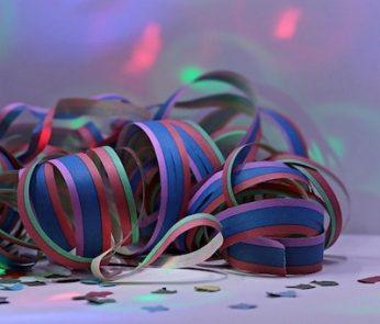Stelle filanti colorate e coriandoli per carnevale
