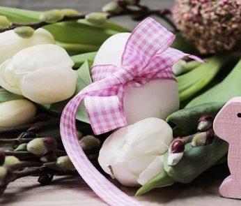 Pasqua a Firenze con uovo e tulipani bianchi