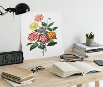 Scrivania con libri, quaderni e orologio