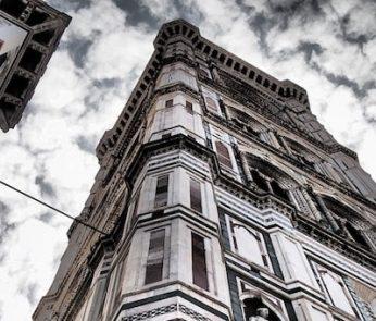 scorcio dal basso in alto del Campanile di Giotto