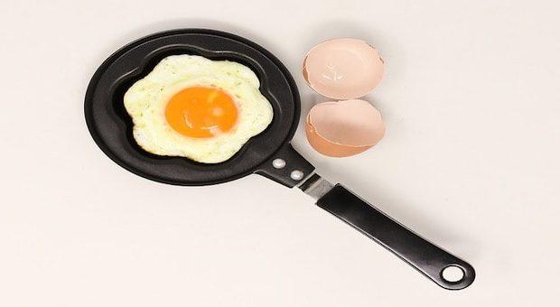 uovo al tegamino in una piccola padella