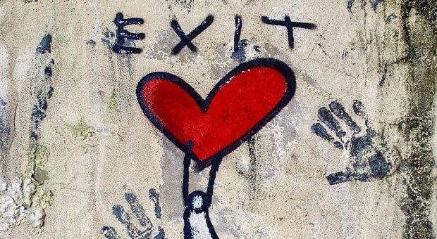 cuore rosso di Exit Enter street art