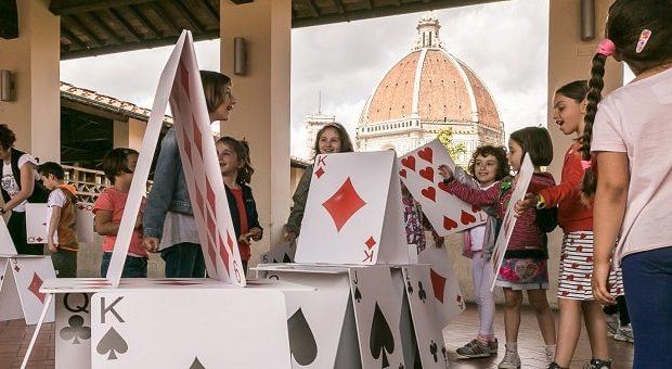 Bambini che giocano con carte giganti a Firenze