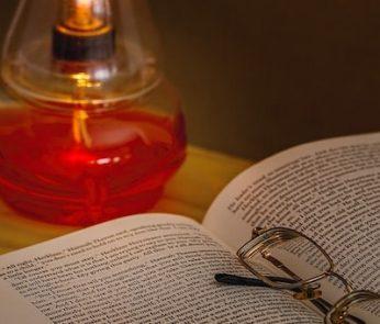 Libro con occhiali e luce
