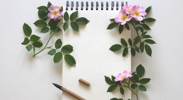 Notebook con fiori e penna