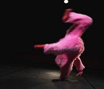 Artista in costume rosa
