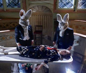 dama addormentata con conigli