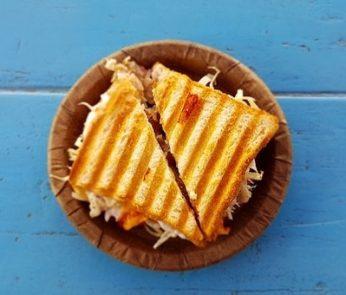 sandwich con insalata e prosciutto
