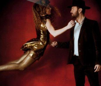 Cowboy con cappelo e ragazza abito dorato