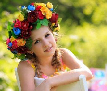 Bambina con corona di fiori in testa