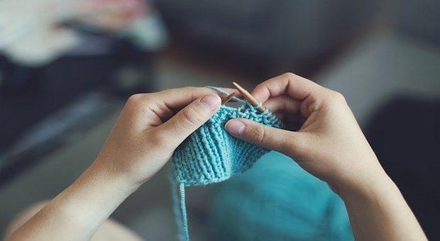 mani che lavorano la lana