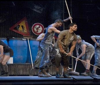 Gli acrobati di Stomp a teatro