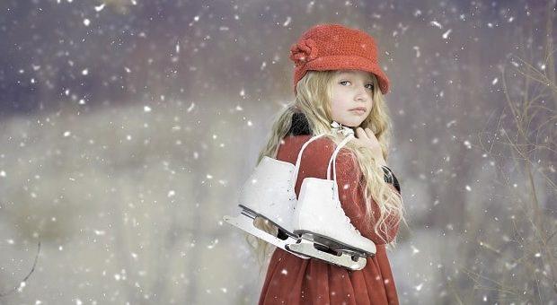 Bambina con i pattini da ghiaccio