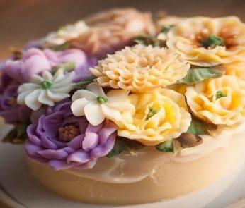 Torta con fiori di pasta di zucchero