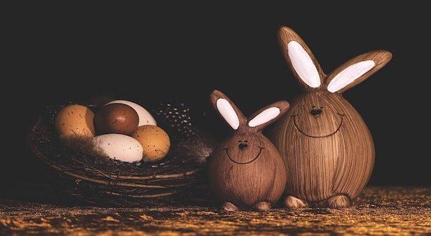 Uova di cioccolato e conigli in legno